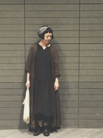 シンプルな装いには、ギンガムチェックのヘアバンドでアクセントを。眉上バングにターバンをプラスすると、雰囲気があって個性的な印象になります。