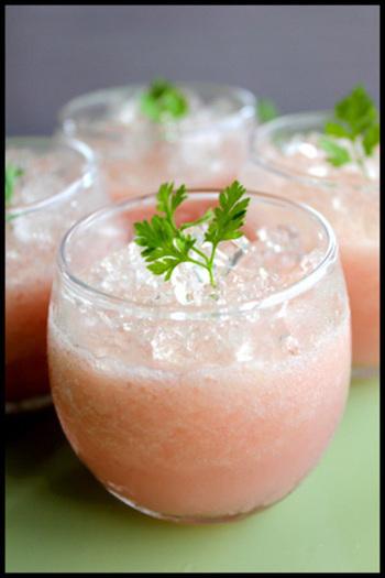 桃をコンポートにしてまるごと贅沢に使ったゼリー♪ゼラチンを少量にすることで、とろ~り柔らかな食感に仕上がりますよ!