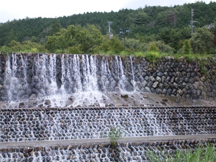 湯のまち雨情公園は、「シャボン玉」「十五夜お月さん」「赤い靴」「七つの子」など日本を代表する童謡の作詞者、野口雨情が下呂温泉を訪れたときにちなんで名付けられた公園です。