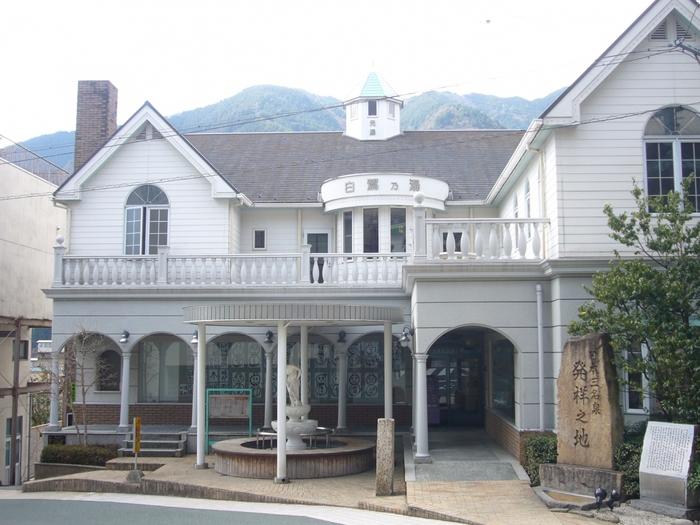 古い歴史を持つ温泉街の中でもひときわ目立つロマネスク調の白い洋館、白鷺の湯は、古くから地元の人々に愛されている共同入浴施設です。