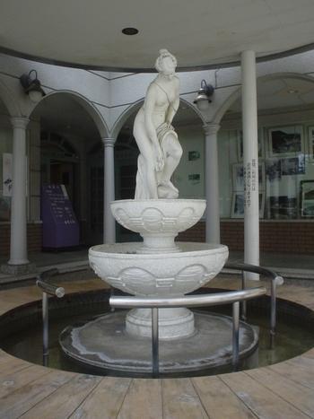 日帰り入浴する時間がないという人にとっては、屋外にあるビーナス像の足湯に浸かっていくのもおすすめです。