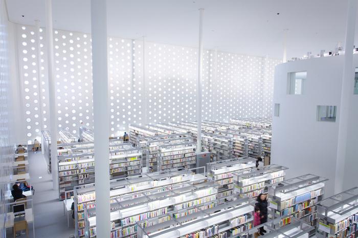 美しいのは外観だけではありません。真っ白い四角い建物の壁には約6000の円いガラス窓が埋め込まれていて、雪の多い北陸でも、館内は一年中照明が不要なほど明るくなるデザインになっています。吹き抜けになった閲覧室は開放感があります。
