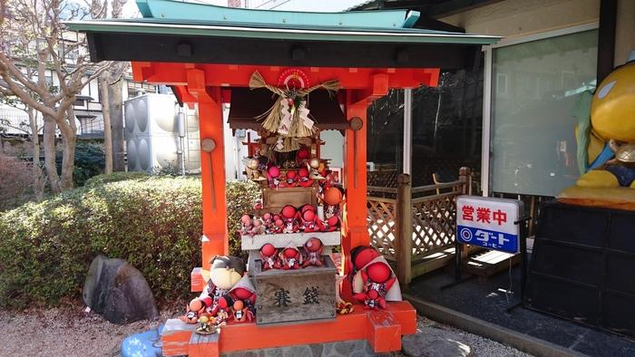 さるぼぼとは、岐阜県で古くから作られている猿の赤ちゃんをモチーフとした人形です。災難や病気を防ぐ御利益があるとされており、さるぼぼの御利益が成就すると、下呂温泉街にあるさるぼぼ神社へ人形を奉納する習慣があります。