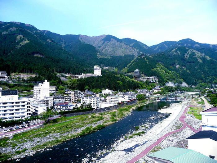 下呂温泉街中心部をとうとうと流れる飛騨川は、北アルプス乗鞍岳を源流とする、木曽川に注ぐ一級河川です。下呂温泉街では比較的穏やかな流れですが、下原ダム付近まで足を延ばすと山とダム湖が融和した美しい山岳景色を臨むことができます。