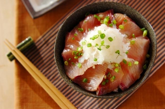 ぶりはお刺身も美味しいですよね!こちらはぶりのお刺身を、酒・みりん・しょうゆを合わせてひと煮立ちさせて冷ました漬けタレを使った、ぶりの漬け丼です。大根おろしたっぷりで見た目も華やかです。