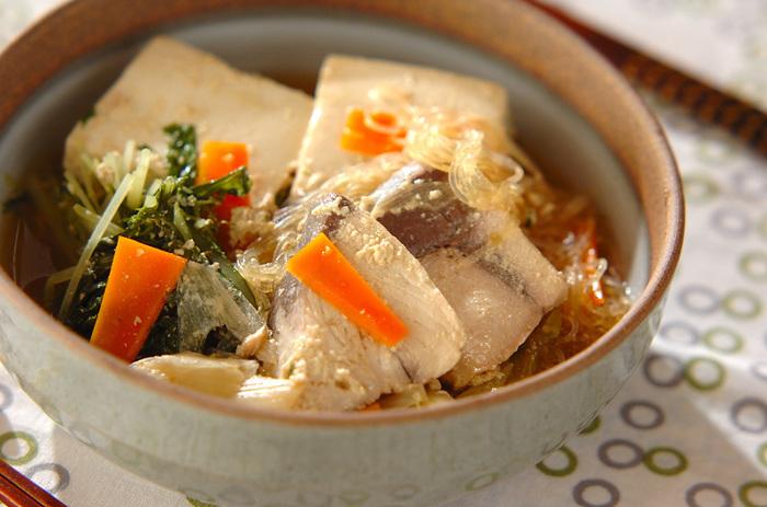 ぶりの切り身をお豆腐や野菜といっしょに、だし汁と豆乳で煮込みます。豆乳は和風だしと相性ぴったりですし、とっても体が温まりそうなレシピです。うれしい美容効果も期待できそう♪