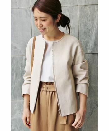 首元がまるくなっていて、襟がない「ノーカラージャケット」は、カーディガンやシャツのような感覚で羽織れるので取り入れやすいジャケットです。いつものコーデに羽織るだけで大人っぽさやびしっと感をさりげなくだしてくれますよ。