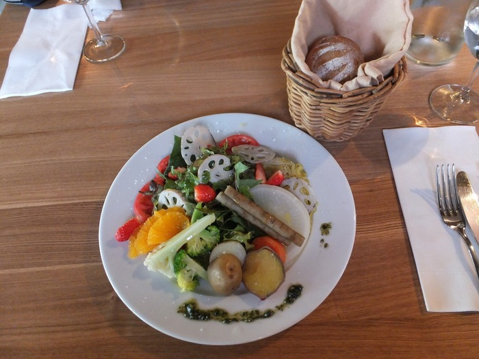 「パッパライライ」で人気なのが野菜を中心にしたサラダランチです。彩りと味わい豊かな野菜と一緒にパンとドリンク、デザートもセットになって楽しめます。
