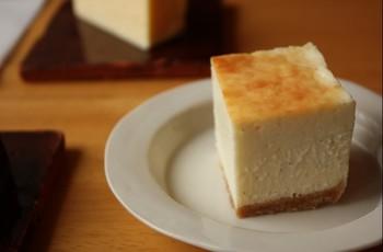 ホワイトチョコレートケーキは、優しく甘いチョコの味わいとチーズの旨みとが合わさった味わいのケーキです。さらに下がクッキー生地になっているので、サクサクした食感をしっとりとした味わいと一緒に楽しめると評判のメニューです♪
