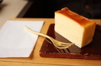 チーズケーキはしっとりとした口当たりで、濃厚なのにさっぱりと爽やかな甘さを感じられます。お店でも大人気のメニューなんですよ♪