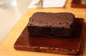 チョコレートケーキは濃厚なカカオの味をしっかりと感じられる大人のケーキという感じで、コーヒーと一緒に頂きたくなります。