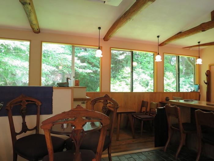 1階はコーヒー豆を販売していて、カフェスペースは2階になります。カウンターとテーブル席を合わせて10席ちょっとくらいの広さで、香ばしいコーヒーの香りと共に落ち着いた雰囲気のインテリアとグリーンを楽しめます。