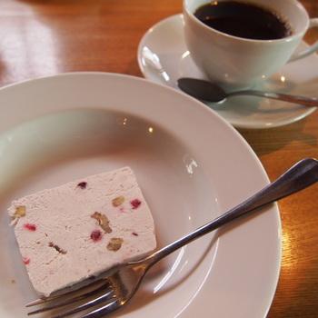 食後のデザートは「カッサータ」でチーズケーキとアイスが合わさったような味わいです。