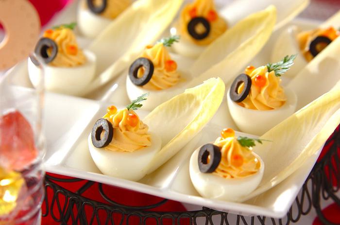 """ゆで卵の黄身をサラダにして白身の器に絞り出せば、オシャレでおいしいオードブルの出来上がり。海外では""""ドレスドエッグ""""と呼ばれていて、イースターでよく出されている料理です。キレイに着飾った卵、まさにパーティーにぴったりの一品ですね!"""