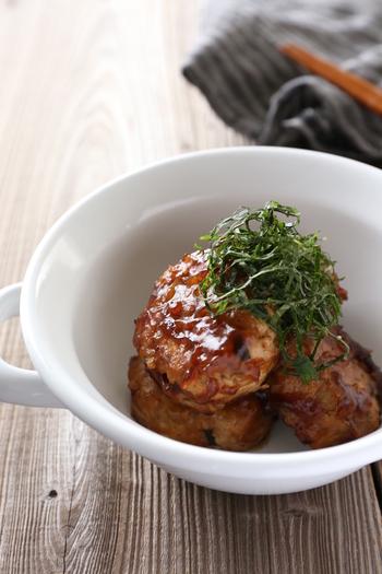 豚ひき肉ともめん豆腐に、れんこんを入れて作ります。甘めの照り約ソースで煮からめるので、冷めても美味しく、おべんとうにぴったりのヘルシーハンバーグです。