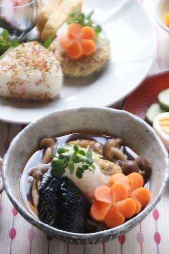 京都のおばんざいを思わせる品の良い一品。 木綿豆腐・鶏ひき肉・青じそ・卵を混ぜて焼き、和風のおだしの中で煮ます。にんじんの飾り切り、なすに入れた繊細な切り目…和食って、目でも味わうお料理ですね。