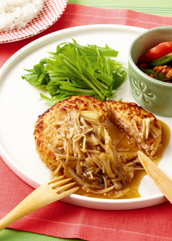 鶏挽き肉・絹ごし豆腐・卵で作ったふわふわハンバーグに、生姜の効いた「きのこあん」をとろ~りかけて召し上がれ!