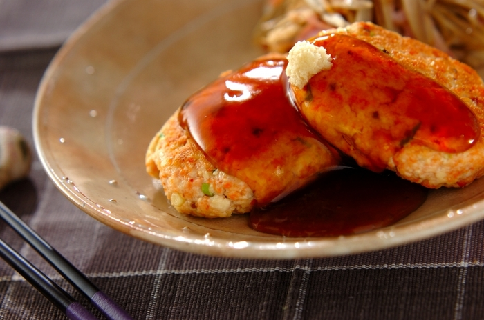 鮭・木綿豆腐・麩・細ネギ・卵白で作ります。豆腐の水きりはせずに、麩に水分を吸わせてジューシーな仕上がりに。出汁を効かせた和風ダレとしょうがでいただきます。