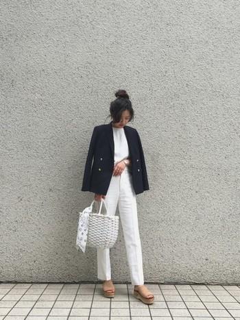 こちらは上下ホワイトのコーデに、びしっとジャケットの存在感が光っていますね。さわやかでかっこいいコーデです!