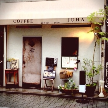 2010年3月にオープンした西荻窪の駅から徒歩5分の所にある、音楽と珈琲を味わえる小さなロマンスミュージックカフェです。  アキ・カウリスマキの映画に出てくるような雰囲気を再現するため、JUHA(ユハ)と名付けました。入り口は昔の映写室で使われていたという錆びれたドア。