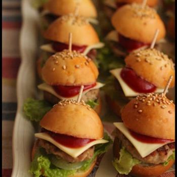 子どもに人気のミニハンバーガーのレシピ。一口サイズでとっても可愛いですね!パンやハンバーグの準備が必要ですが、具材を挟むのをお子さんに手伝ってもらいましょう♪
