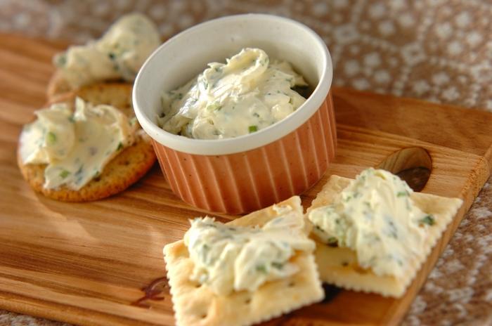 クラッカーにつけておいしい、クリームチーズディップのレシピです。常温に戻したクリームチーズにパセリ、にんにく、塩こしょうを混ぜるだけと簡単!オードブルはたくさん種類があるほうが華やかになるので、まずはこういう手軽なレシピを覚えておくといいですね♪