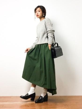 高めヒールのローファーで、背筋がシャンと伸びた気分に。グリーンのフレアスカートがボリュームたっぷりのニュアンスコーデです。