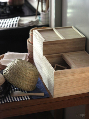 東屋の米びつは昔ながらの素材。桐というのは湿度を調節してくれて、防虫・防腐効果があります。
