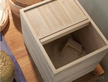 冷蔵庫がなかった時代に使われていた桐の米びつ。特に夏に高温多湿になる日本の環境にとっては、とても優れた素材と言えます。