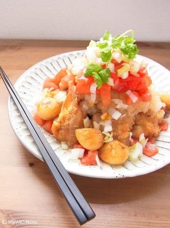 トマトと大根おろしでたれを作った、夏場にぴったりなさっぱりした唐揚げ。  にんにくも入っているのでスタミナも満点。