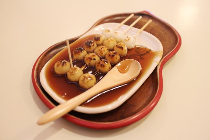 実は京都発祥の食べ物であるみたらし団子。香ばしいタレの風味とモチモチしたお餅の食感は一度食べるとやみつきになります。