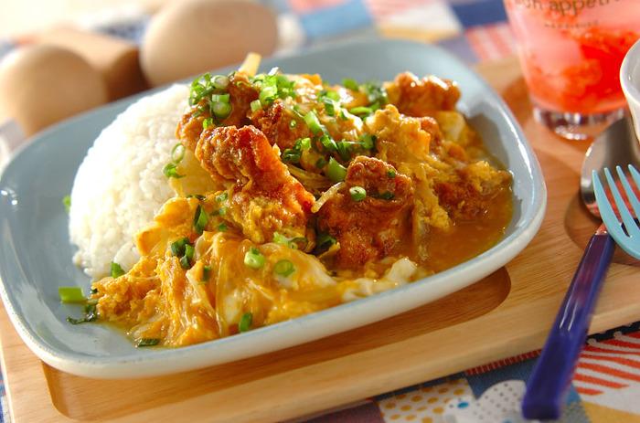 唐揚げを卵でとじて親子丼に。 こちらは市販のナメタケをだし汁代わりに使った時短レシピです。