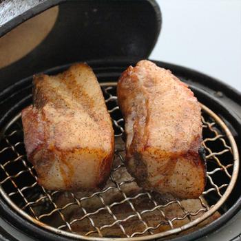 大きなブロックのお肉を燻製する場合は、20~30分ほどかかります。チーズのように溶ける具財は、何か食材の上に合わせて乗せるか、アルミホイルなど敷くのをオススメします。 その他、野菜、お肉、海鮮などなど、お好きな具材で作ってみてくださいね。