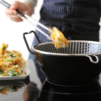揚げ物は苦手…という方や、初心者さんでもストレスなく、上手に出来ると人気の「鉄揚げ鍋セット」。 料理研究家の有元葉子さんが考案しているアイテムです。 揚げ物が上手くできると料理のレパートリーも増えて、キッチンに立つのが楽しくなりますよね♪