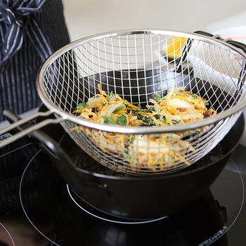 揚げカゴは、一気に引き上げる事ができ、また二度揚げの際もラクラク。かき揚げの際にポロポロ落ちてしまう衣や、外れてしまった野菜なども一緒に拾えて便利ですよね。 鍋の取っ手部分に、カゴを引っ掛けられるようになっているため、そのままハンズフリーで油切りができちゃいます◎