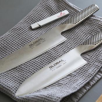 柄の部分がドットになっていて、ステンレスの冷たい印象を和らげる役割もあるのだとか。握りやすい形状で、性別や利き手を問わず使いやすく作られています。 刃と柄の接続部分などがない一体構造のスタイリッシュなデザインで、洗いやすくお手入れも簡単。清潔に保つことができますね。