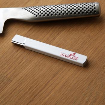 """お気に入りの包丁など刃物の切れ味を戻してくれる「シャープナー」。 このシャープナーは""""研ぐ=刃先を削る""""というより""""整える""""という考え方で、金属のめくれがほとんど発生しないので、研ぐ度に刃先がどんどんすり減っていく…という心配がないんです。 いつでもどこでも使えるポケットサイズというのも嬉しいところですよね◎"""
