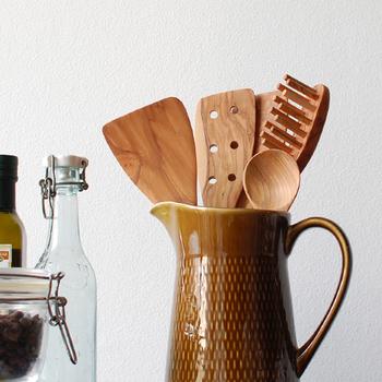 オリーブウッドで作られたこちらのキッチンツールは、デンマークで1919年創業の北欧老舗メーカー・スキャンウッド社で作られた木目が美しく、あたたかさや優しさが感じられるアイテムです。
