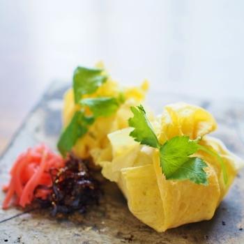 パルミジャーノ・レッジャーノ、ハム、三つ葉でちょっとお洒落な茶巾寿司。三つ葉で結ぶのも可愛いですね。ぜひ挑戦してみたい一品です♪