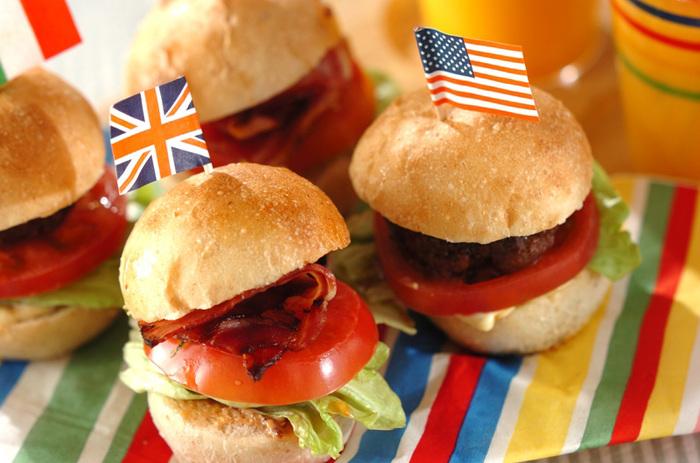 みんな大好きハンバーガー!こちらは小さなサイズのパンなので、お子様にも食べやすいですね。こちらはバンズから作っていますので、手作り派のママにもお役立ちなレシピです。