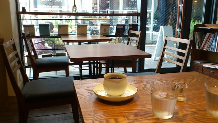 店内はテーブルやカウンター席など15人ほどが入れるスペースで、それぞれランチ、ティータイムにディナーやバータイムなど時間によって様々な顔を見せるのが特徴的なお店です。  ゆっくり落ち着いた時間を過ごせるというのは共通していて、お店のコンセプトや雰囲気がそういう空気感を作っているのでしょうね。