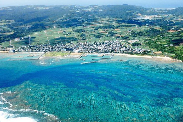久米島は沖縄本土から西へ約100kmの場所にあります。人口は約8,000人程で、車で半日あれば一周できる小さな島です。その自然は美しく、琉球王朝時代にはその美しさが称えられ「球美(くみ)の島」の名で呼ばれていたそう。そんな久米島には自然の豊かさ、食材の豊かさ、そして人の豊かさが溢れています。