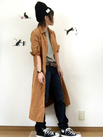 オールスターを履きこなすなら、まずは定番としてジーンズで決めたいですよね。インディゴの鮮やかな濃紺に、ラフなオーバーコートを羽織って。