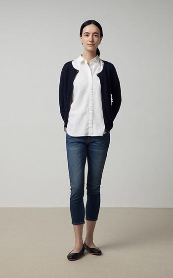 手持ちの半袖シャツとデニムコーデに、ミニマルシンプルな黒カーデを。これだけでも温度調整しやすく、秋らしくなりますね♪