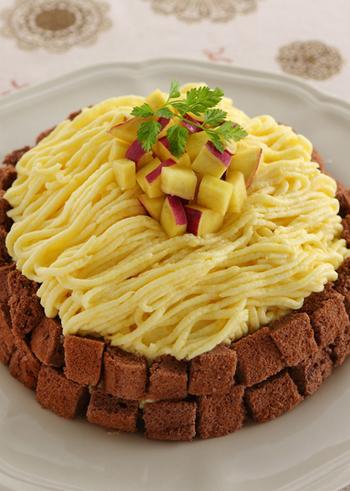王道のモンブランにも、さつまいもマッシュが大活躍。なめらかなモンブランクリームは、裏ごしをすることがポイントです。みんなで切り分けて食べるモンブランケーキは、パーティーにも良いですね。