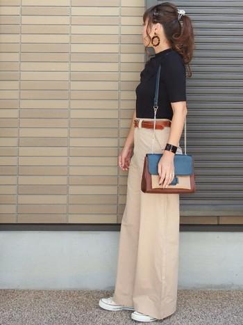 スッキリと清楚な大人のスタイルにもオールスターを合わせてもおしゃれです。大人スタイルで歩きやすいのは魅力ですよね。