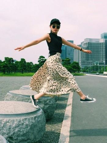 爽やかな模様のフレアスカートに、スマートさが映えるコンバース。夏の必須アイテムと言えそう。