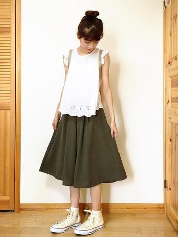 ミディアムのフレアスカートにもトップスと同じ白のオールスターを履いて上品な可愛らしさを演出。