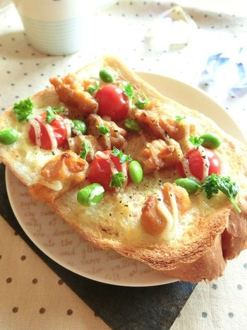 唐揚げを細かくカットして、トーストにのせたレシピ。  一人でおうちランチの時や、しっかり食べたい時の朝食にピッタリです♪