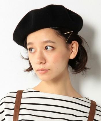 ベレー帽の基本『斜めにかぶり』。斜めにかぶると、顔をすっきりと見せてくれる効果が期待できます。ヘアピンアレンジでアクセントをつけるのも◎